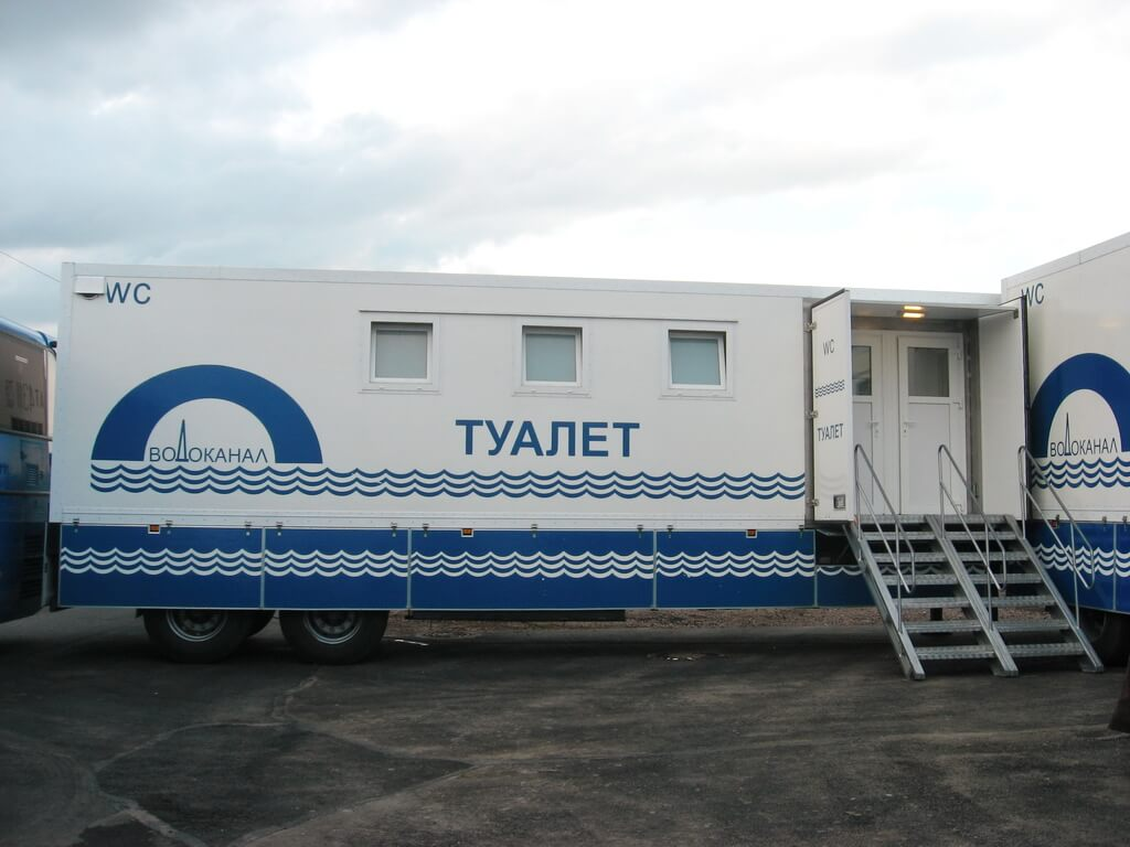 Sanitary and hygienic complex based on a truck chassis